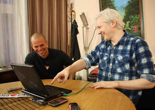 Julian_Assange-Calle_13-encuentro-cancion-Londres-embajada_ECMIMA20130613_0148_4