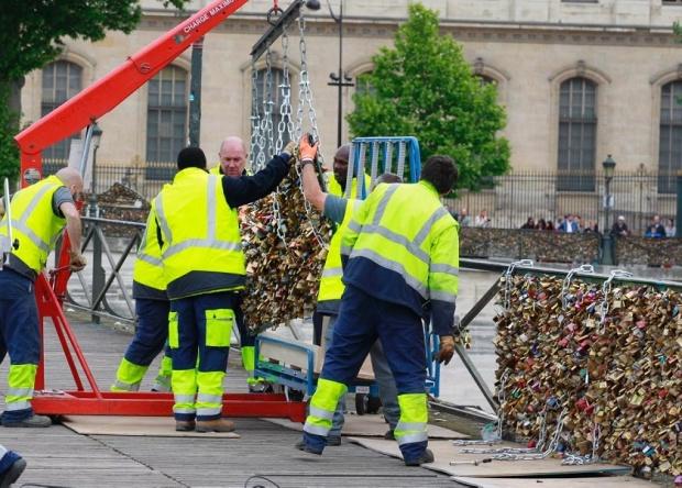 love-locks-removed-pont-des-arts-bridge